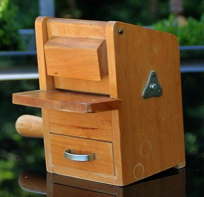"""Ältere und seltene Holz Parmesan - Nußmühle """" Cantoni """" !!! Made in Italy !!!"""