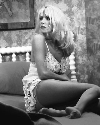 """Suzanne Somers In """"three's Company"""" - 8X10 Publicity Photo (Cc315)"""