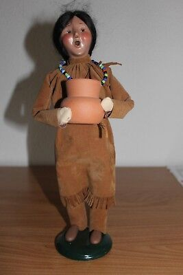 2002 BYERS CHOICE CAROLER THANKSGIVING NATIVE AMERICAN INDIAN WOMAN w/ CLAY POT