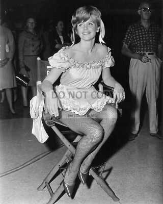 """Lee Remick On The Set Of """"Days Of Wine And Roses"""" - 8X10 Publicity Photo (Cc538)"""