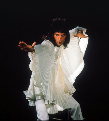 Freddie Mercury UNSIGNED photograph - M850 - Lead singer with Queen - NEW IMAGE!