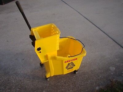 RUBBERMAID YELLOW #7570 MOP BUCKET w/ # 6127 WRINGER ON WHEELS & Mop Head