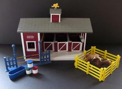 BREYER HORES Stablemates Red Stable Set with 2 Stablemate Horses
