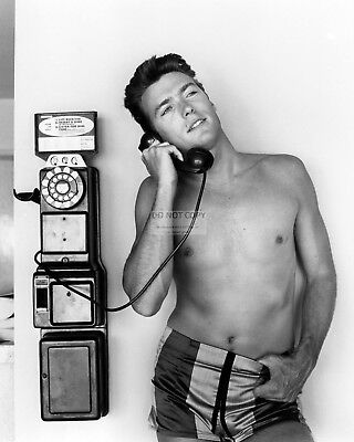 Clint Eastwood Using A Pay Phone Pin Up - 8X10 Publicity Photo (Dd209)