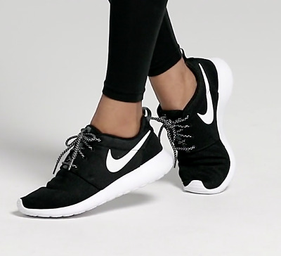 cb1ba8fea6af0 WOMEN S NIKE ROSHE One Shoes Black White Hombre 844994-002 Size 7.5 -   71.99
