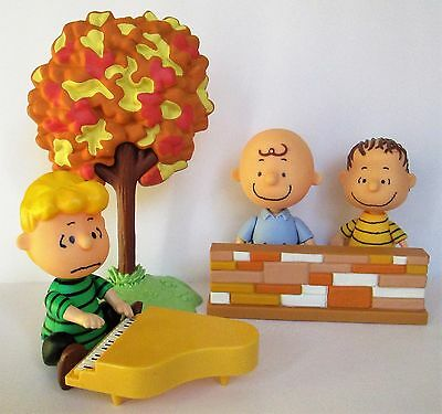 LOT OF PEANUTS FIGURES, Charlie Brown, Linus, Schroeder, Piano, Wall, Tree, UFS