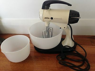 Vintage Retro 1960's Sunbeam Mixmaster - Complete With Bowls - Works!