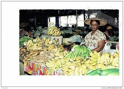 Guyane - CAYENNE - 1992 marché couvert - stand Femme Marchande bananes patate