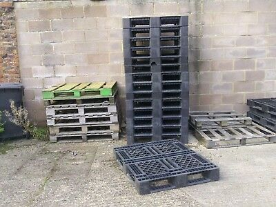 1200x1000 HEAVY DUTY PLASTIC PALLETS - SOME WITH SLIGHT DAMAGE BUT STILL USABLE