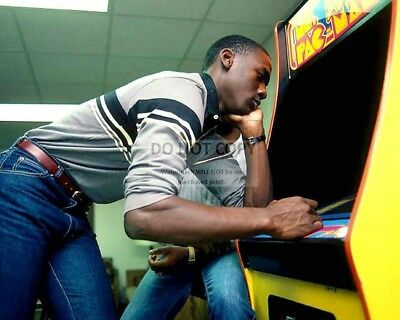 "Michael Jordan Plays ""ms. Pac-Man"" While At Unc In 1983 - 8X10 Photo (Rt171)"