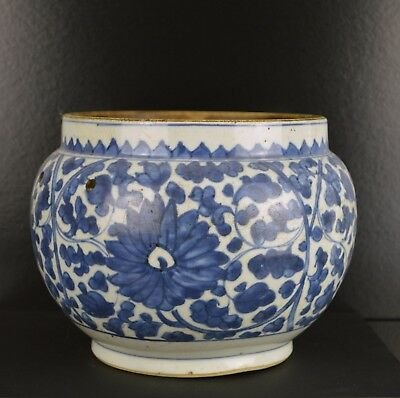 A 17Th Century Chinese Large Shunzhi Blue & White Pot