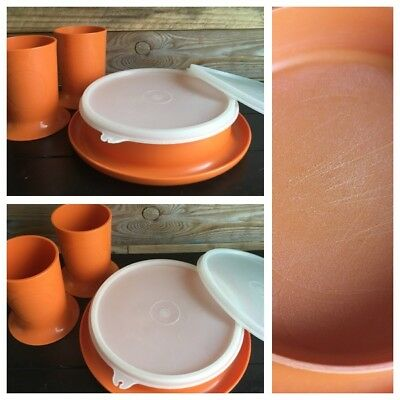 Vintage Tupperware orange, assiette bébé et 2 gobelets. Boutique PlumeDubois.be