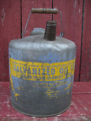 VINTAGE EAGLE GALVANIZED OIL CAN No. 402 , 2 GAL 26 GUAGE STEEL WOODEN HANDLE