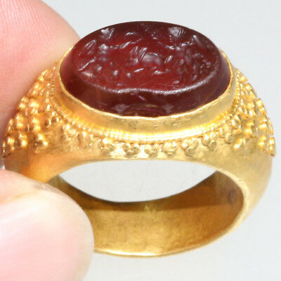 MASSIVE GREEK GOLD RING WITH GARNET SEAL STONE CIRCA 300-100 BC - 16.60 grams