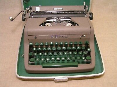 1950's Vintage Royal Quiet Deluxe Portable Manual Typewriter w/Green Keys -Nice!