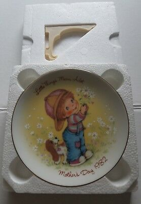 Collectible AVON Mothers Day Little Things Mean Alot Plate ,1982, with stand.