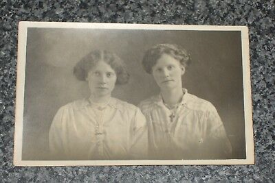 TWINS SISTERS WOMEN LADY  1920s   PICTURE  OLD  PHOTO 36  POSTCARD  VINTAGE  VGC