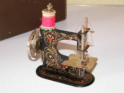 VINTAGE GERMAN CHILD / TOY SEWING MACHINE RARE HAND CRANKWITH CASE _a3