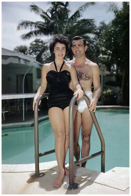 GLOSSY PHOTO PICTURE 8x10 Elizabeth Taylor With The Gentleman In The Pool