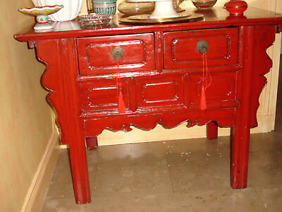 Commode chinoise en laque rouge.