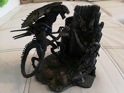 McFarlane Alien vs. Predator Alien Queen and Scar Predator Diorama