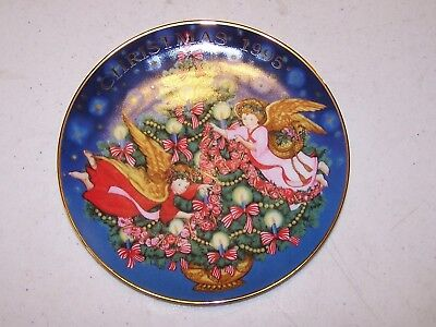 "Avon 1995 Christmas ""Trimming the Tree"" Plate"