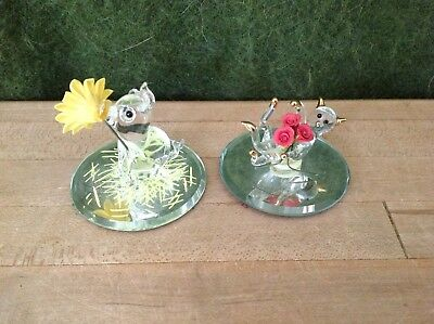 Lot of 2 crystal figurines on miorror: cat w red flowers & pig w yellow flower
