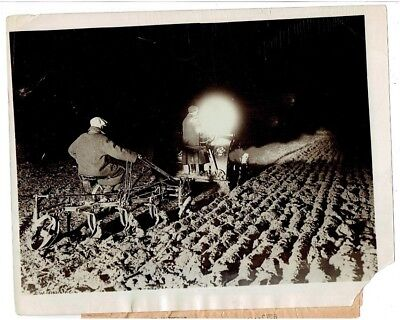 WWI PRESS PHOTO- Men and women plough fields by night - Wendover