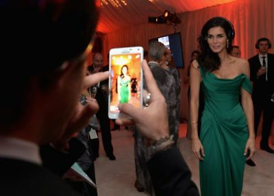 Angie Harmon Posing For The Fans 8x10 Picture Celebrity Print
