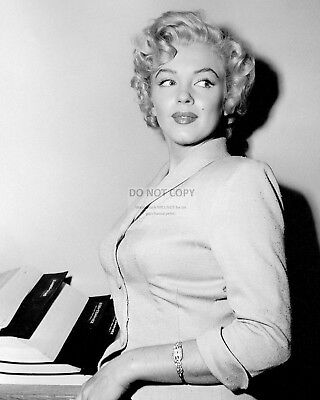 Marilyn Monroe Iconic Actress And Sex-Symbol - 8X10 Publicity Photo (Rt671)