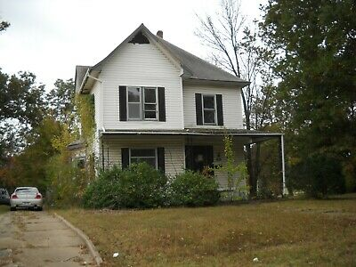 Large 2 Story Victorian Fixer-Upper In Southeast Ks!