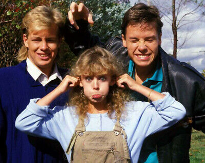 Kylie Minogue, Guy Pearce and Jason Donovan UNSIGNED photo - N3669 - Neighbours