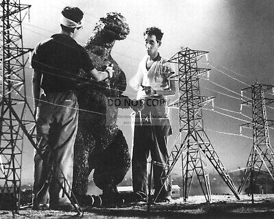 """Behind The Scenes On The Set Of """"Godzilla"""" - 8X10 Publicity Photo (Rt813)"""