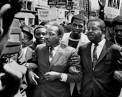Martin Luther King, Jr. With Ralph Abernathy In Memphis - 8X10 Photo (Ww081)