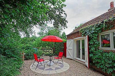 Holiday Cottage - Lincolnshire Wolds - Private Hot Tub - Sleeps 2 - Pets welcome