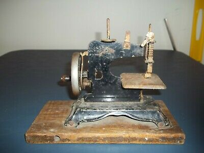 Rare Vintage Metal Childs Toy Hand Crank Sewing Machine That Works Fine