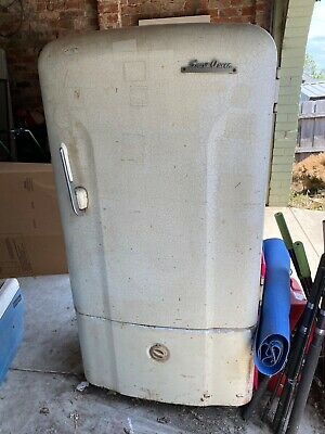 1950's Snow Queen Fridge perfect for restoration, works well.