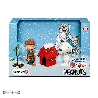 Schleich Peanuts Collection Charlie Brown Christmas Scenery Pack - Snoopy Kennel
