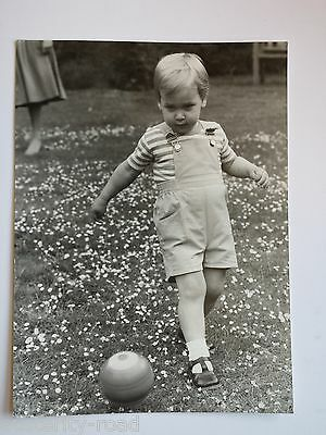 1984 ORIGINAL STILL PHOTOGRAPH OF PRINCE WILLIAM AT 1 YEAR OLD PLAYING FOOTBALL