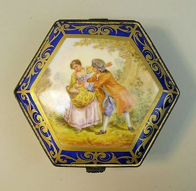 AN ANTIQUE PARIS 'SEVRES' PORCELAIN HAND PAINTED TRINKET BOX C.1860
