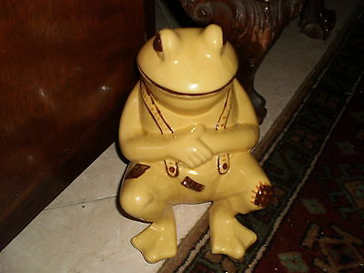 COLLECTIBLE-FROG-ANTIQUE- LAZY FROG IN SUSPENDERS W/KISS ME PATCH ON KNEE PANTS