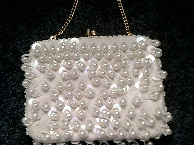 BEAUTIFUL WHITE VINTAGE BEADED & SEQUIN EVENING BAG/PURSE METAL CLASP W/CHAIN