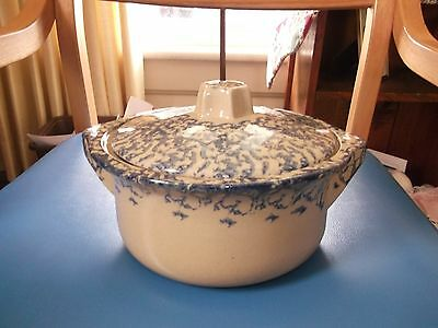 A 2 QUART  ROBINSON RANSBOTTOM CROCK WITH A LID. SPONGE WARE