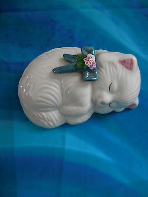 VTG CERAMIC Taiwan White SLEEPING CAT WITH FLOWER & BOW