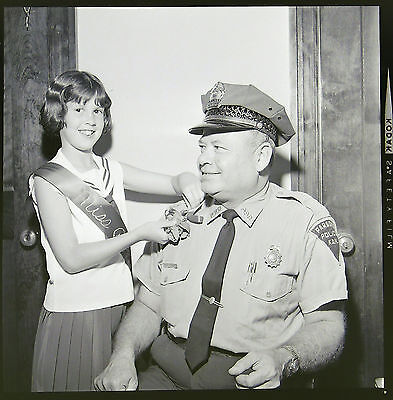 AB3336 Orig 2X2 Press Photo 1966 Negative VFW Miss Poppy Young Girl Police Chief