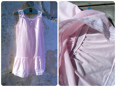 Vintage 1960/60s French pink polyester girl slip adorned with white lac size 6 y