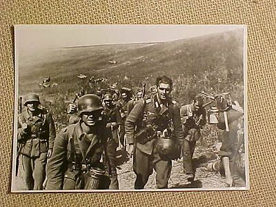 Original Wwii German Press Photo - Soldiers In The Field