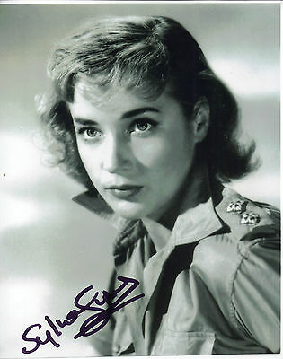 "LOVELY B&W 10"" x 8"" PHOTO ( COA ) ""TTM"" SIGNED BY SYLVIA SYMS ""ICE COLD IN ALEX"""