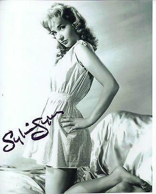 """TRULY STUNNING B&W 10"""" x 8"""" PHOTO (COA) SIGNED """"TTM"""" BY SYLVIA SYMS """"SEXY POSE"""""""