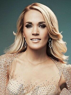 Carrie Underwood UNSIGNED photo - P1432 - STUNNING!!!!!